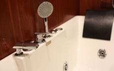 bathtub w jacuzzi